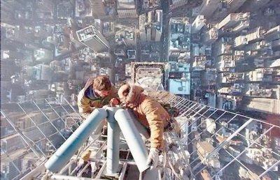 عکس دلهره اور 2 کارگر ساختمان بر فراز اسمان خراش